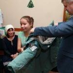 Губернатор Томенко подарил девочке изалтайского села зимнюю куртку
