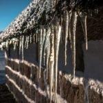Что делать, если с крыши падают сосульки и снег: пять советов МЧС