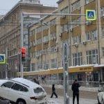 Вцентре Новосибирска BMW «окопался» всугробе после столкновения стакси