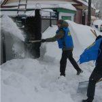 Бийские активисты ЛДПР не словами, а лопатами помогают одиноким и пожилым почистить снег