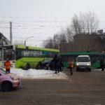 """Жесткое столкновение автобуса и """"легковушки"""" произошло в Барнауле"""