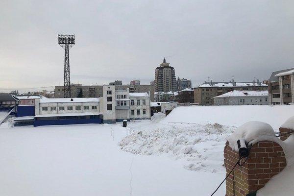 На барнаульский стадион «Динамо» КамАЗами свозят горы снега