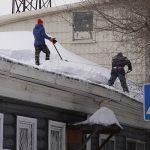 Чуть не прибило: в Барнауле падают снежные глыбы и светофоры