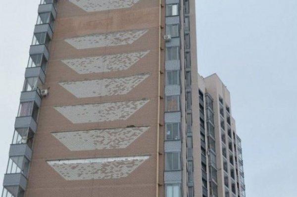 Фасад новостройки в Новоалтайске снова начал разрушаться