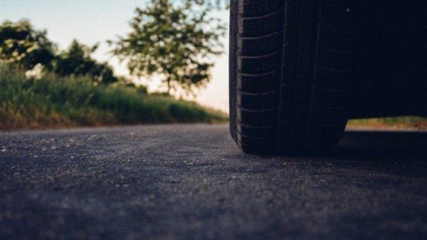 Житель Омска переехал мужчину на автомобиле и тем самым спас ему жизнь