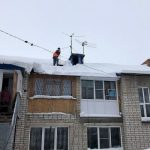 В Барнауле женщина с ребенком попала под снежную лавину у подъезда