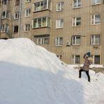 Снег сошел с кровли в Барнауле и повредил лавки