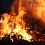 Спасенный из пожара алтайский пенсионер скончался по дороге в больницу. Видео