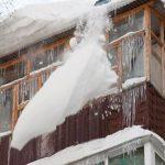 В Барнауле на женщину с ребенком сошла снежная лавина у подъезда