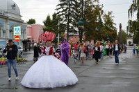 Барнаульский театр кукол устроил карнавальный парад в честь переезда в «сказочный» дом