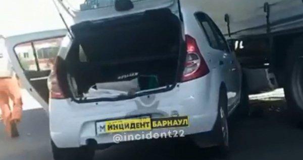Иномарка попала под колёса грузового автомобиля в Барнауле