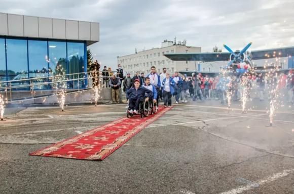 Алтайских паралимпийцев встретили в Барнауле цветами и фейерверком