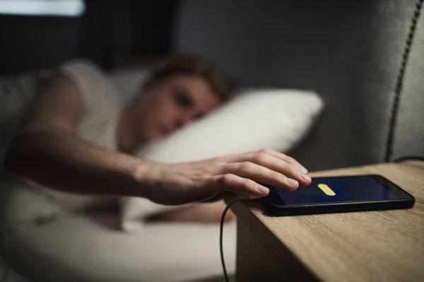 Эксперт рассказал, безопасно ли спать рядом со смартфоном