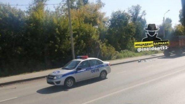 КамАЗ сбил трех женщин в Барнауле, две из них скончались