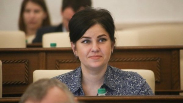 Очевидцы: Прусакова сама села в машину полиции и требовала её задержать