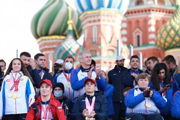 Паралимпийский чемпион Роман Жданов со сцены на Красной площади поблагодарил за поддержку
