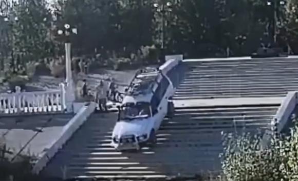 Поездка по лестнице обернулась для бийского джипера неприятностями