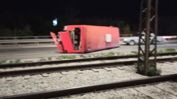 Стали известны подробности аварии с перевёрнутым автобусом в Барнауле