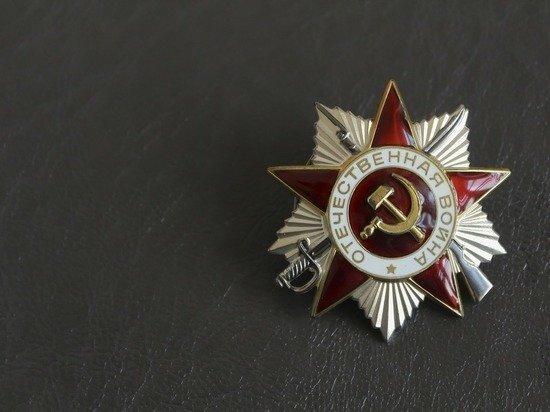 Стелу ветеранам ВОВ в Алтайском крае заклеили агитационными листовками