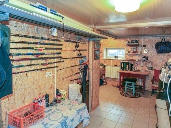 Трехэтажный коттедж с комнатой для охотников выставили на продажу в Барнауле