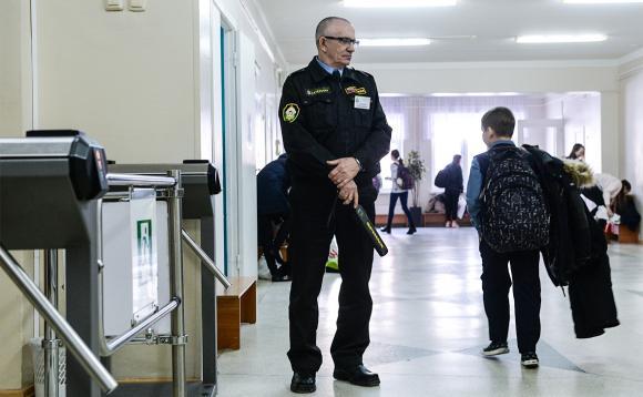 В школах Барнаула может появиться вооружённая охрана.