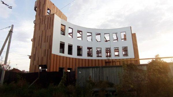 Вцентре Барнаула строят необычное здание вформе полуамфитеатра сбашней встиле хай-тек