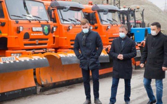Глава Барнаула осмотрел армаду снегоуборочных машин, ожидающую первых сугробов наулицах
