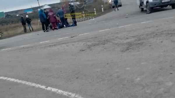 Иномарка отлетела в трамвай после столкновения с другой машиной в Барнауле
