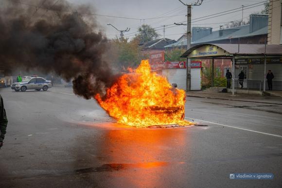 На улице Юрина сгорел внедорожник