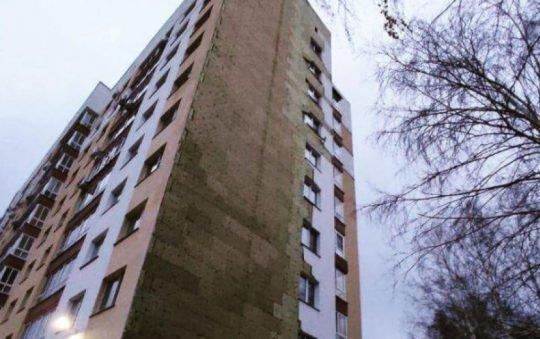 ВБарнауле сорванная ветром обшивка 10-этажной новостройки поломала березы ичудом никого неубила